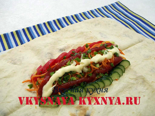 Жаренное куриное мясо с овощами на лаваше