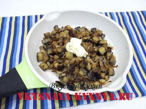 Жаренные баклажаны с луком, специями и сметаной