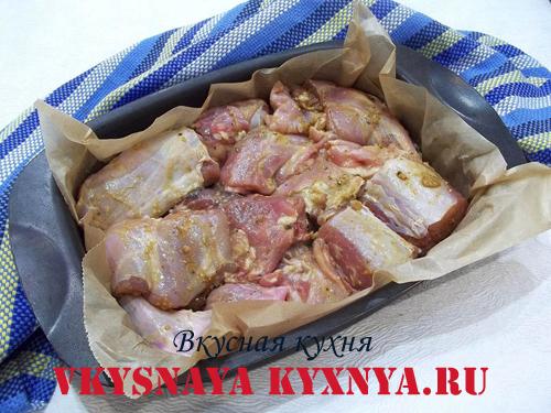 Маринованное мясо кролика на противне
