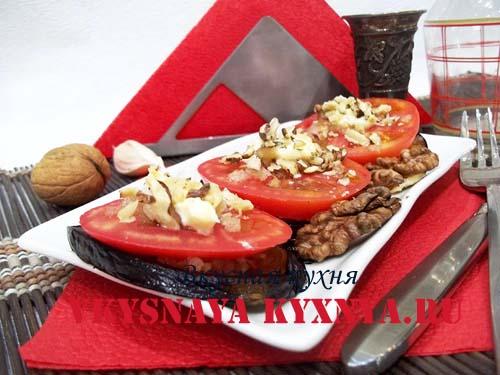 Закуска из баклажан, помидор и орехов на блюде