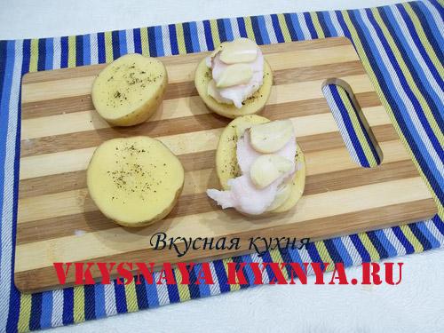 Чеснок на сале на дольках картофеля