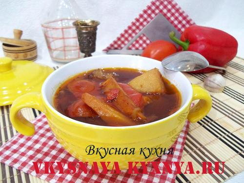 Гуляш по-венгерски из свинины в тарелке