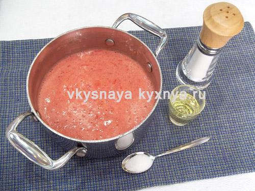 Измельченные помидоры в кастрюле