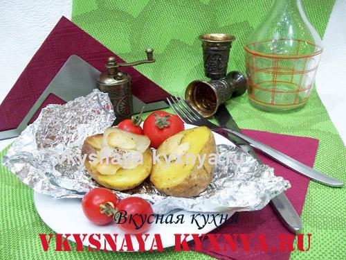 Картошка, запеченная дольками с салом и чесноком в фольге в духовке