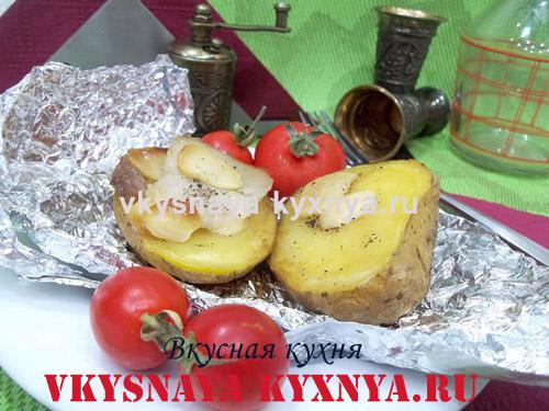 Картошка, запеченная дольками с салом и чесноком в фольге