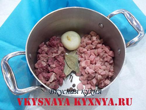 Нарезанное мясо с луком и специями