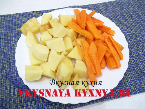 Нарезанные морковь и картофель