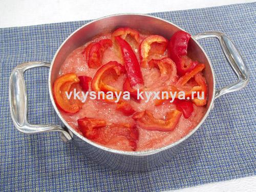 Нарезанный болгарский перец в кастрюле