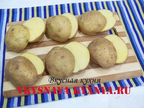 Нарезанный дольками картофель