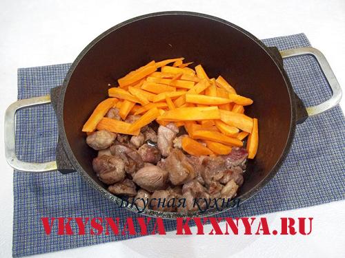Обжаривание мяса и моркови