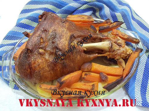 Готовая свиная рулька с овощами