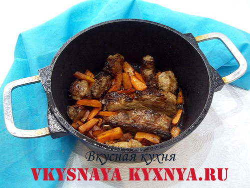 Обжаривание свиных ребер и моркови