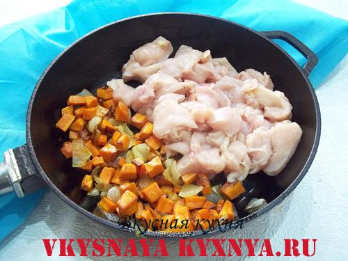 Пассерованные овощи и рубленное куриное мясо