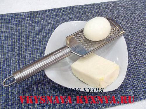 Плавленный сырок, яйцо и терка