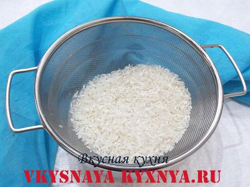 Промывание риса водой