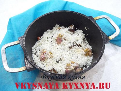 Рис сверху мяса и чеснока