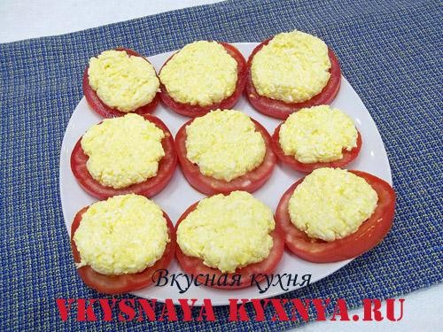 Сырно-чесночная начинка на кусочках помидор