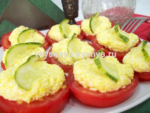 Закуска из помидор с сыром и чесноком на блюде
