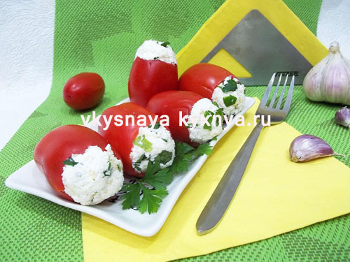 Закуска - помидоры, фаршированные творогом, зеленью и чесноком