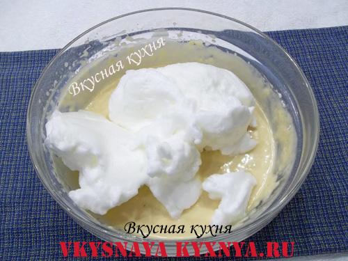 Добавление взбитых белков в тесто