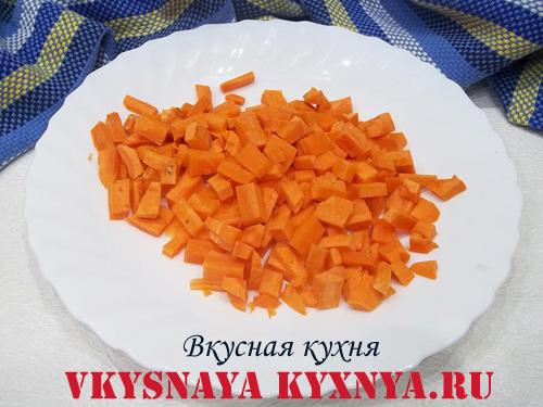 Морковь, нарезанная кубиками