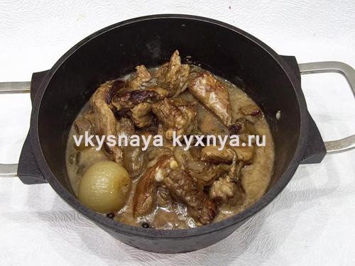 Мясо тушеное с солеными огурцами рецепт с фото