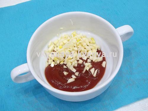 Нарезанный чеснок с кетчупом