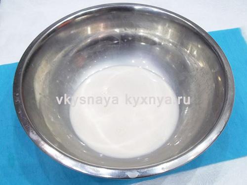 Растворение дрожжей в теплом молоке
