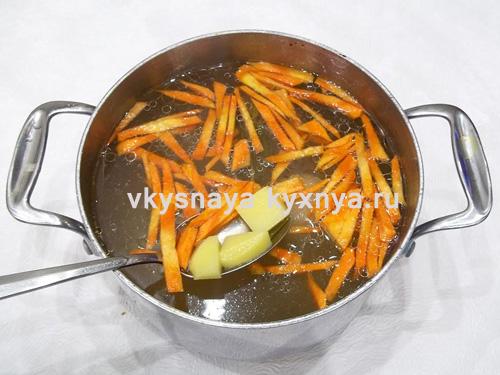 dobavlenie-morkovi-i-kartofelya-v-sup