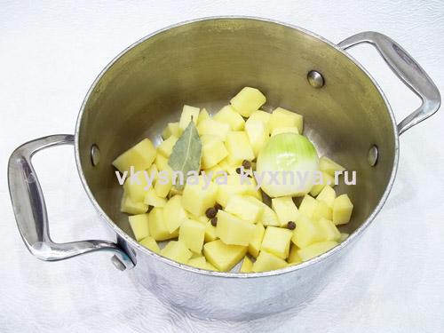 картофель, лук, специи в кастрюле