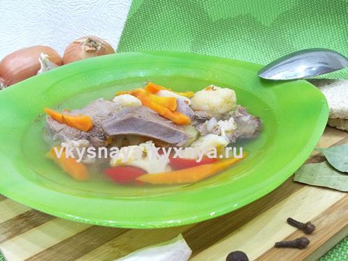 Овощной суп из свиного языка в тарелке
