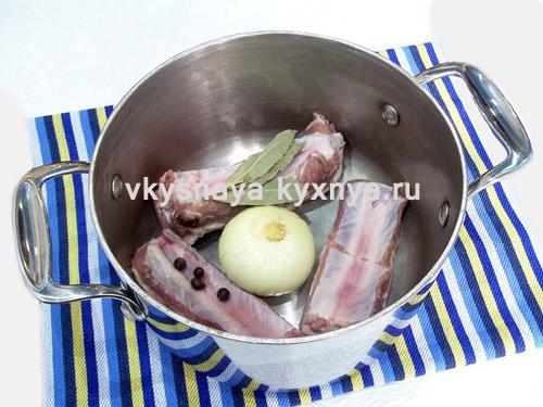 свиные ребрышки лук и специи в кастрюле
