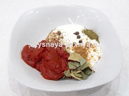 Томатная паста, сметана и специи