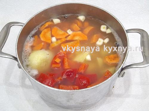 Добавление моркови картофеля чеснока перца