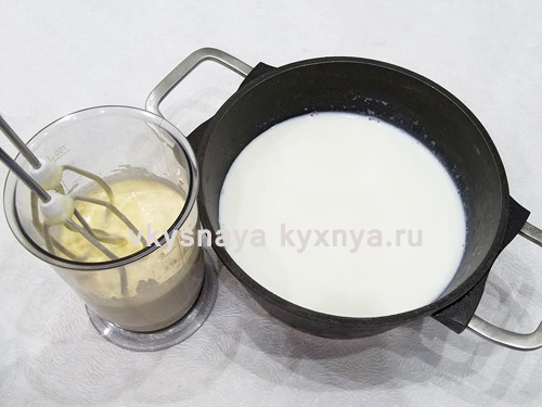 dobavlenie-yaichnoj-massy-v-kastryulyu-s-molokom