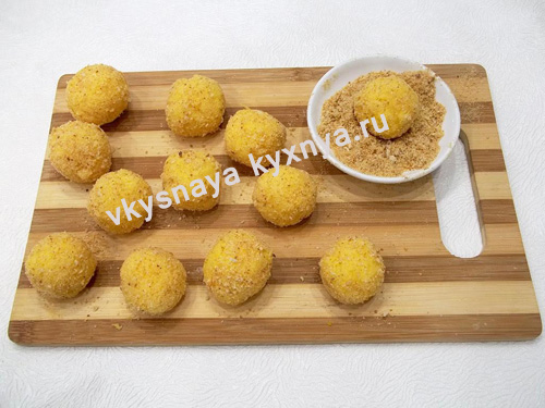 Сырные шарики панированные в сухарях