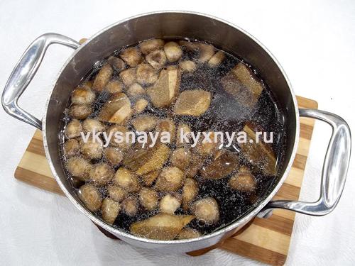 Добавление обжаренных грибов в суп