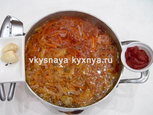 Добавление томатной пасты и чеснока