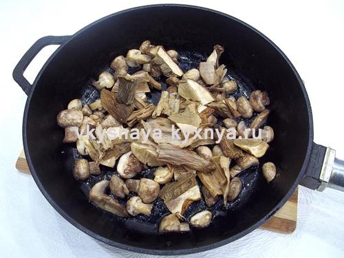Добавление вымоченных сухих грибов