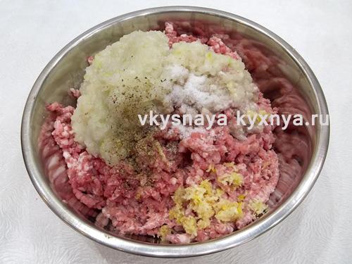 Мясо лук и чеснок пропущенные через мясорубку