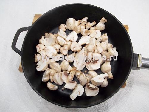 Нарезанные шампиньоне на сковороде