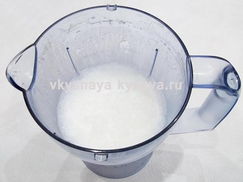 Взбитый в блендере молочный коктейль