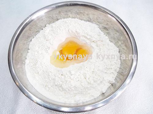 Замешивание теста из муки и яиц