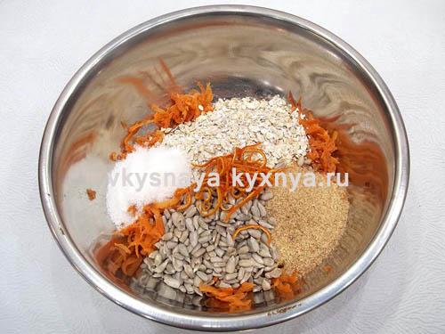 Добавление отрубей соли семян подсолнечника сахара овсяных хлопьев апельсиновой цедры