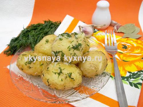 Отварная молодая картошечка с чесночком и укропчиком: что может быть вкуснее!