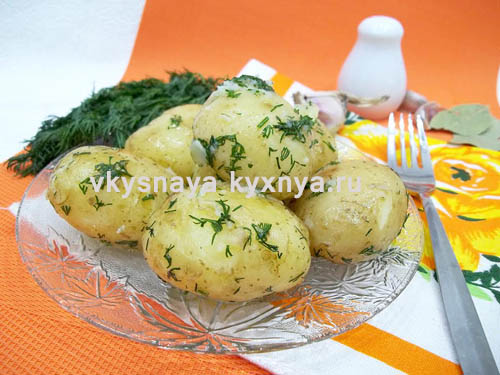 Отварная молодая картошка с чесноком и укропом