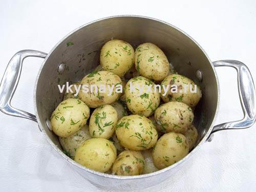 Вареная молодая картошка с чесноком и укропом