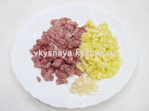 Нарезанные мясо кабачок и чеснок