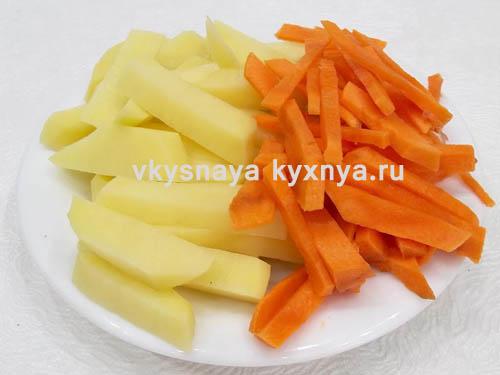 Нарезанные соломкой овощи