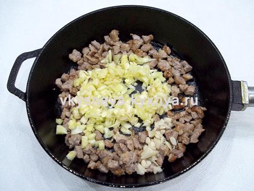 Обжаривание мяса кабачка и чеснока